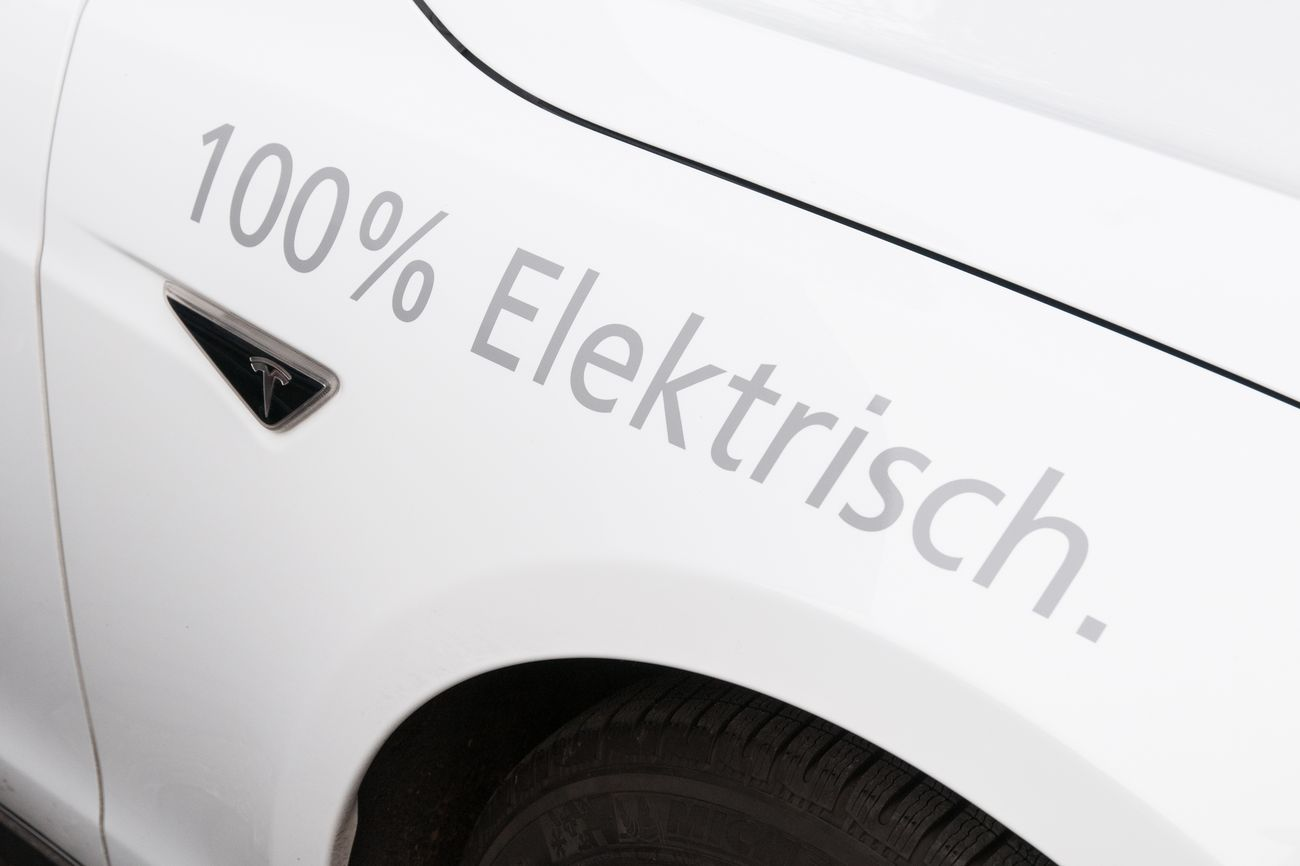 Seitenansicht des Autos mit der Aufschrift 100% elektrisch
