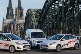 Drei Elektroautos vor dem Kölner Dom.