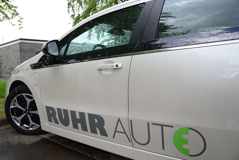 Weißes E-Auto mit der Aufschrift Ruhr Auto