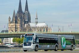Elektrobusse vor dem Kölner Dom.