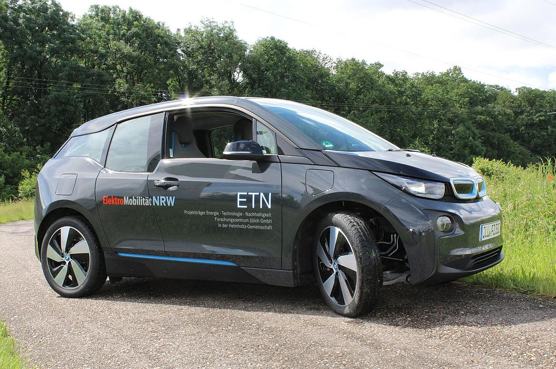 E-Fahrzeug am Wiesenrand.