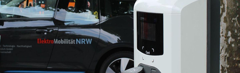 E-Fahrzeug an der Ladestation.