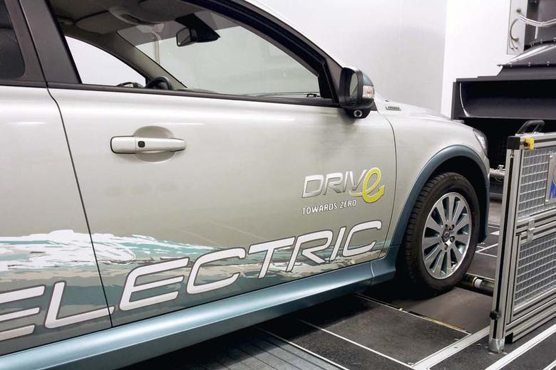 Elektroauto von der Seite.
